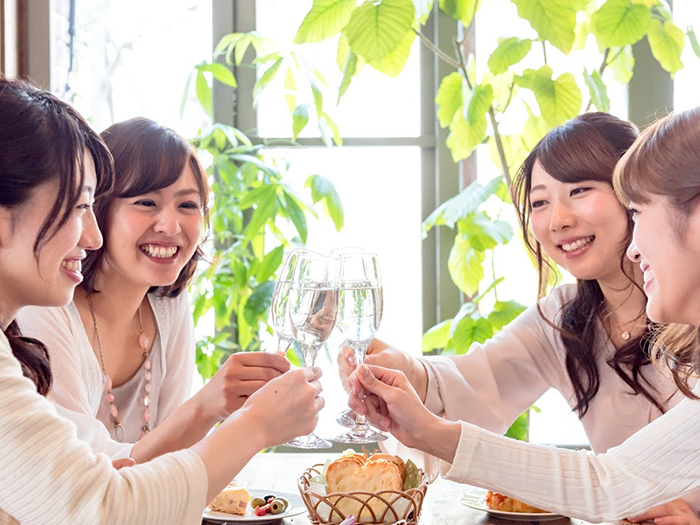 白ワインで乾杯をしている4人の女性